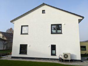 Schöne Hausfassade mit Außenblenden einer Wohnraumlüftung